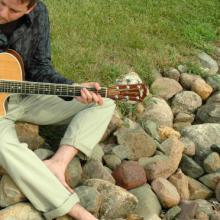 photo of Richard Bruxvoort Colligan playing guitar